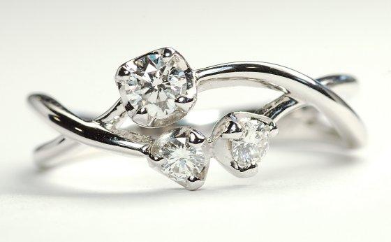 とってもかわいい3ストーンダイヤモンド・婚約指輪(エンゲージリング)